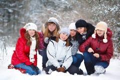 Adolescentes en un parque del invierno Imagen de archivo