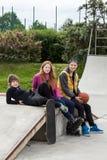 Adolescentes en un parque del patín Imagen de archivo