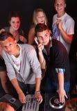 Adolescentes en un partido con los djs Fotografía de archivo libre de regalías