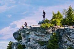 Adolescentes en un puesto de observación rocoso Fotografía de archivo