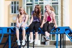 Adolescentes en una calle de la ciudad Imagen de archivo libre de regalías