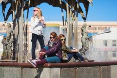 Adolescentes en una calle de la ciudad Fotos de archivo
