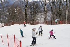 Adolescentes en una cuesta del esquí Foto de archivo