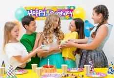 Adolescentes en una fiesta de cumpleaños Foto de archivo libre de regalías