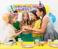 Adolescentes en una fiesta de cumpleaños Fotos de archivo