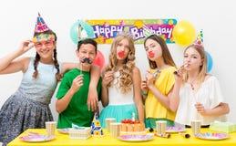 Adolescentes en una fiesta de cumpleaños Imagen de archivo