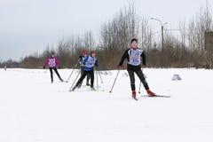 Adolescentes en una raza de esquí Imágenes de archivo libres de regalías