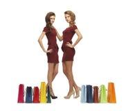 Adolescentes en vestidos rojos con los panieres Imagen de archivo