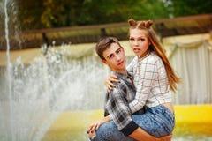 Adolescentes enamorados abrazados fuertemente Fotografía de archivo libre de regalías