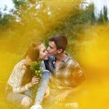 Adolescentes enamorados junto Foto de archivo