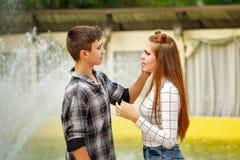 Adolescentes enamorados que miran ojos de cada uno Foto de archivo libre de regalías