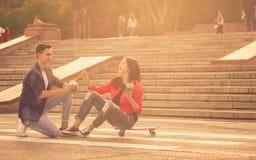 Adolescentes enamorados una fecha Fotos de archivo