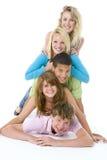 Adolescentes encima de uno otros fotografía de archivo