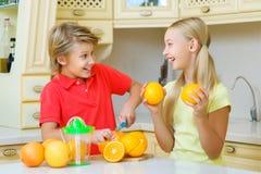 Adolescentes engraçados com citrino Terra arrendada do menino e da menina Foto de Stock Royalty Free