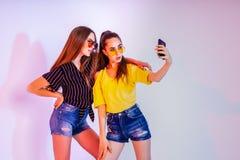 Adolescentes faisant le selfie sur le smartphone Photos libres de droits