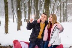 Adolescentes felices celebriting en bosque del invierno Imagenes de archivo