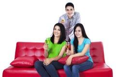 Adolescentes felices con champán Fotos de archivo libres de regalías