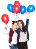 Adolescentes felices con los globos del helio Imagenes de archivo
