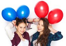 Adolescentes felices con los globos del helio Foto de archivo