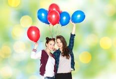Adolescentes felices con los globos del helio Imagen de archivo