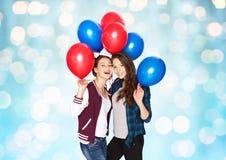 Adolescentes felices con los globos del helio Fotos de archivo libres de regalías