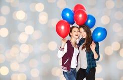 Adolescentes felices con los globos del helio Imágenes de archivo libres de regalías