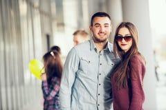 Adolescentes felices de la muchacha y del muchacho que se colocan afuera Imágenes de archivo libres de regalías