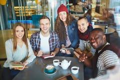Adolescentes felices en café Imágenes de archivo libres de regalías