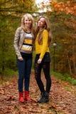 Adolescentes felices en el bosque Fotografía de archivo