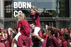 Adolescentes felices en el día nacional de Cataluña de Barcelona Fotos de archivo
