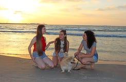 Adolescentes felices en el mar fotos de archivo libres de regalías