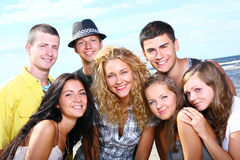 Adolescentes felices en el mar Imagenes de archivo