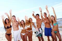 Adolescentes felices en el mar Imagen de archivo libre de regalías