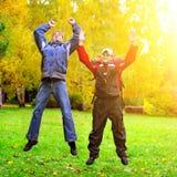 Adolescentes felices en el parque Imágenes de archivo libres de regalías