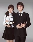 Adolescentes felices en retrato del uniforme escolar Muchacho y bea hermosos Fotografía de archivo
