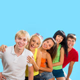 Adolescentes felices en un fondo azul Imagenes de archivo