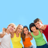 Adolescentes felices en un fondo azul Foto de archivo