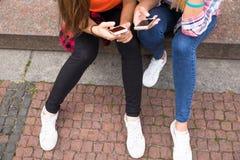 Adolescentes felices jovenes del inconformista que se divierten en parque del verano Fotos de archivo libres de regalías