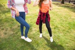 Adolescentes felices jovenes del inconformista que se divierten en parque del verano Foto de archivo libre de regalías