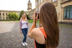 Adolescentes felices jovenes del inconformista que toman imágenes y que se divierten en parque del verano Fotografía de archivo libre de regalías