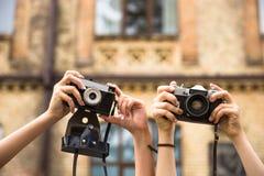 Adolescentes felices jovenes del inconformista que toman imágenes y que se divierten en parque del verano Foto de archivo