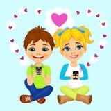 Adolescentes felices jovenes que envían mensajes del amor Imagen de archivo libre de regalías