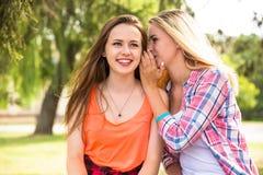 Adolescentes felices jovenes que se divierten en parque de la ciudad Buen tiempo del verano Novias que caminan en parque Fotos de archivo
