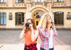 Adolescentes felices jovenes que se divierten en parque de la ciudad Buen tiempo del verano Novias que caminan en parque Fotografía de archivo libre de regalías