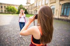 Adolescentes felices jovenes que se divierten en parque de la ciudad Buen tiempo del verano Novias que caminan en parque Foto de archivo libre de regalías