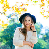Adolescentes felices jovenes que se divierten en parque del otoño Imagen de archivo libre de regalías