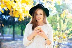 Adolescentes felices jovenes que se divierten en parque del otoño Fotografía de archivo