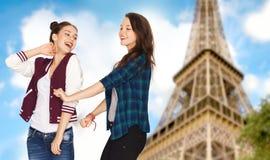 Adolescentes felices que bailan sobre torre Eiffel Imagen de archivo