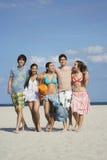 Adolescentes felices que caminan en Sandy Beach Imagen de archivo libre de regalías