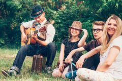 Adolescentes felices que cantan así como la guitarra Fotografía de archivo